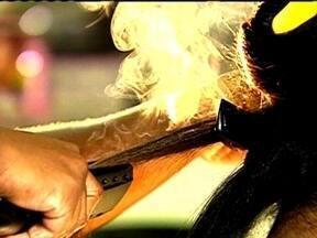 Fantástico investiga promessas de escovas permanentes que deixam fios lisos sem formol - As promessas de escovas permanentes que deixam os fios mais bonitos sem fazer mal à saúde são falsas. Os novos tratamentos, que são chamados de alisamentos, recebem diversos nomes.