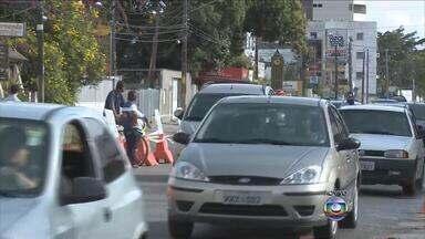 Obra da Compesa deixa trânsito lento na Avenida Carlos de Lima Cavalcante - Obra ocupa uma das faixas da via. Companhia informou que devem ser substituídos dezoito