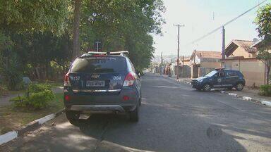 Guarda municipal reage a assalto e mata um dos criminosos em Campinas - A guarda municipal saia da casa de uma amiga no Jardim Carlos Lourenço quando foi abordada pela dupla de assaltantes. Ela reagiu e baleou um deles, que morreu no local. O outro fugiu em uma motocicleta.