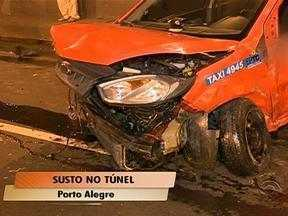 Motorista perde controle do veículo e se choca contra táxi em túnel de Porto Alegre - Ninguém ficou ferido no acidente.