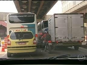 Motoristas enfrentam lentidão e congestionamento na chegada ao Rio pela zona portuária - Quem precisou passar pela zona portuária nesta segunda (4), teve que ter muita paciência. Motoristas enfrentaram trânsito intenso e com retenções.