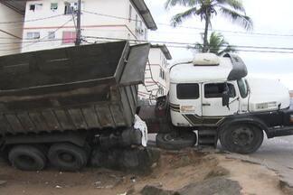 Motorista tenta manobrar caçamba e veículo quase tomba no bairro de Águas Claras - De acordo com moradores do local, o motorista apresentava sinais de embriaguez e acabou sendo levado por policiais militares.