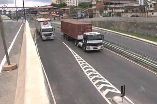 Primeiro dia útil de funcionamento da via expressa Baía de Todos-os-Santos é nesta segunda - Agentes da Transalvador estiveram ao longo da via, para orientar os motoristas.