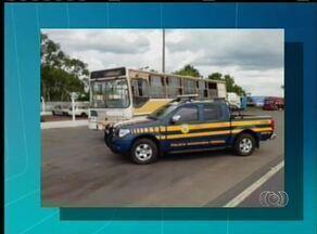 Um ônibus sem condições de tráfego e transportando menores foi apreendido perto de Guaraí - Um ônibus sem condições de tráfego e transportando menores foi apreendido perto de Guaraí