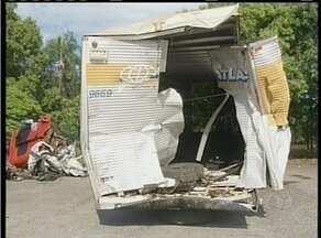 Acidente entre carretas na BR-153 provoca morte de dois homens - Acidente entre carretas na BR-153 provoca morte de dois homens