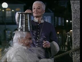 Divirta-se com arquivo de balde de água na cara dos personagens - Vídeo Show prepara arquivo com cenas hilárias de banhos nada agradáveis