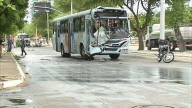 Acidente entre ônibus deixa passageiros feridos - Trânsito ficou complicado com os acidentes.