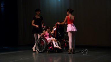 Crianças cadeirantes se apresentam em espetáculo de balé em Cuiabá - Crianças cadeirantes se apresentaram em um espetáculo de balé em Cuiabá.