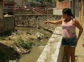 Chuva forte causa estrago em alguns bairros de Caruaru - Ruas alagadas e falta de energia prejudicou moradores que ficaram assustados com a quantidade de chuva neste domingo (3).
