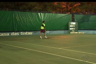 Campeonato solidário de tênis entra na reta final - O Apada Open de Tênis reuniu 170 atletas de várias categorias. Um torneio beneficente para os deficientes auditivos do estado de Sergipe.