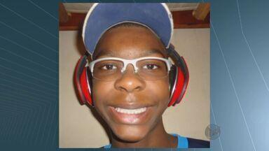 Irmão de jogador de basquete do Franca é enterrado nesta segunda-feira (4) - Adolescente Leonardo Mariano, de 14 anos, era irmão do pivô de Franca e da seleção brasileira, Lucas Mariano. Leonardo morreu afogado na piscina de um clube em Limeira.