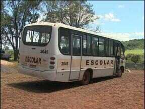 Moradores podem ajudar a fiscalizar qualidade do transporte escolar rural - Cartinhas com direitos dos usuários e deveres das empresas estão sendo distribuídas.