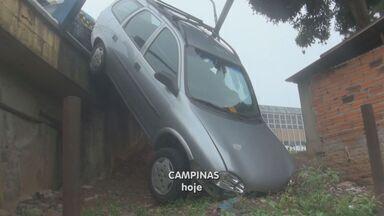 Motorista bate com carro em ônibus e cai do Viaduto Miguel Vicente Cury, em Campinas - Um carro ficou pendurado no Viaduto Miguel Vicente Cury, na região central de Campinas (SP), depois de bater na lateral de um ônibus e colidir contra a proteção da estrutura em uma curva na noite de terça-feira (5).