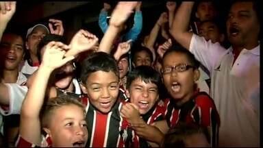 São Paulo enfrenta Nacional de Medellín com apoio de torcida local - Escolinha de futebol tem nome e uniforme parecidos com os do time paulista. Rogério Ceni aprova incentivo dos colombianos