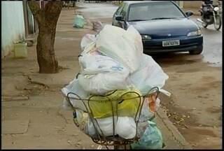 Coleta de lixo não é feita há oito dias no bairro Planalto - Lixo se acumula nas portas das casas do bairro em Montes Claros.