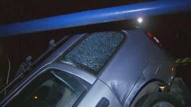 Motorista bate com carro em ônibus e cai de viaduto em Campinas, SP - Motorista bate com carro em ônibus e cai de viaduto em Campinas, SP.