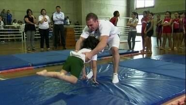 Zanetti dá aula de ginástica artística para crianças e afirma: 'Vale mais do que medalha' - Com sorriso no rosto, ginasta campeão mundial ensina garotada