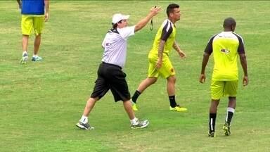 Vasco enfrenta o Santos em mais um capítulo da saga contra o rebaixamento - Adilson Batista orienta time com mais rigidez nos treinos. Cruzmaltino tem seis jogos para escapar da degola.