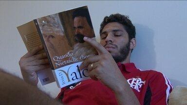 Apaixonado por leitura, Wallace lê um pouco de tudo - Zagueiro busca nos livros a motivação para a carreira.