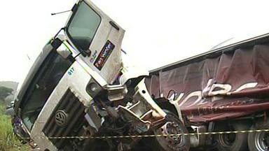 Uma pessoa morre em acidente no Vale do Aço, em Minas - A batida foi entre uma carreta e um caminhão, na BR-116, em Engenheiro Caldas.