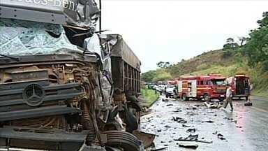 Um morre e dois ficam feridos em acidente envolvendo duas carretas em Patos de Minas - Batida foi na BR-365. Veículos ficaram destrídos.