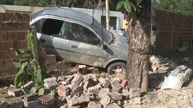 Motorista perde controle da direção e carro destrói muro de casa - Moradores da área relatam que acidentes são frequentes devido a ausência de sinalização.