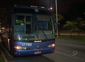 Grupo faz arrastão em ônibus intermunicipal na BR-101, no ES - Passageiros contaram que 3 homens e uma mulher cometeram o crime. De acordo com a polícia, ninguém foi preso.