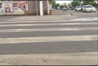 Falta de pintura em faixas prejudica pedestres - Faixas são itens essenciais para garantir a segurança de quem atravessar a rua.