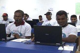 Operários são alfabetizados em canteiro de obras, em Camaçari - Trabalhadores ficam no local do serviço, após o expediente, para aprender a ler e escrever na região metropolitana de Salvador