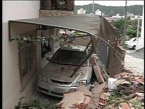Caminhão desgovernado atinge muro e destrói carro em Blumenau - Caminhão desgovernado atinge muro e destrói carro em Blumenau