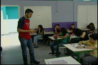 Programa ajuda jovens a conseguir bolsa de estudo no Brasil e exterior - Em Santa Isabel, jovens ensinam outros jovens para que eles conseguam bolsas de estudo em universidades dentro e fora do Brasil. Estudantes que estão no 5º ano podem participar.