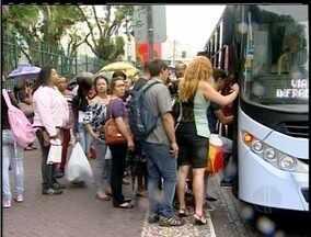 Estudantes de Macaé, RJ, têm problemas com cartão de passagem - Cartões magnéticos não funcionaram nesta quarta-feira (6).Muitos alunos tiveram que ir a pé para a escola.