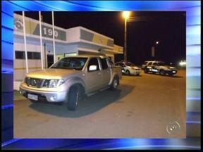 Homens são presos na Castello Branco, em Avaré, com carro roubado em Hortolândia, SP - Um homem de 33 anos e um adolescente de 17 foram detidos na noite desta terça-feira (5) na rodovia Castello Branco, em Avaré (SP). De acordo com a Polícia Rodoviária, eles são suspeitos de roubar o veículo de uma família de Hortolândia (SP).