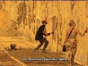 Justin Bieber é autuado por pichação de muro no Rio - Na madrugada de terça-feira (05), o cantor foi flagrado pichando o muro de um hotel abandonado em São Conrado, na Zona Sul do Rio. Justin estava com seguranças.