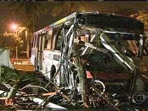 Ônibus invade condomínio e deixa nove pessoas feridas em Santa Cruz - Um ônibus invadiu um condomínio e deixou nove pessoas feridas em Santa Cruz. O veículo entrou pelo muro e foi parar no quintal da casa. O ônibus ainda amassou uma moto que estava estacionada na calçada. Ainda não se sabe o motivo do acidente.