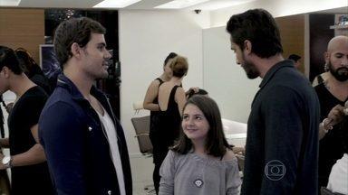 Ninho compra roupas novas para Paulinha e a leva para mudar o visual - No cabeleireiro, ele propõe que ela coloque dreads
