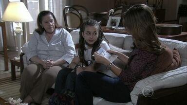 Paulinha entrega a Paloma um convite para a exposição de Ninho - Ninho acredita que fará sucesso