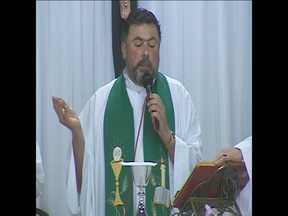 Polêmica dos padres afastados em Foz do Iguaçu está longe do fim - Ontem um novo padre assumiu uma das paróquias
