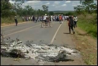 Manifestantes interditam rodovia MG-135 próximo a Mirabela - Eles reivindicam a desapropriação de terras ocupadas há cerca de 4 anos.