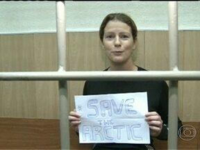Ativistas do Greenpeace presos na Rússia são transferidos - Eles deixaram a cidade portuária de Murmansk para São Petersburgo, que tem temperaturas mais elevadas. Entre os detidos, está a brasileira Ana Paula Maciel.