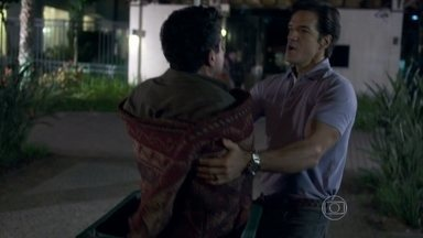 Ignácio expulsa Carlito - O milionário enrola o DJ em um tapete e bota o rapaz para fora de casa. Valdirene fica arrasada. Ignácio a chama para conversar