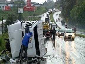 Acidente deixa duas pessoas feridas na RS 122, em Farroupilha, RS - Veículo invadiu a pista contrária e bateu em um carro.