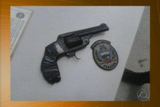 Estudante de 16 anos foi detido após ser encontrado com uma arma dentro da escola - A arma foi encontrada com o adolescente em uma escola pública em Campina Grande.