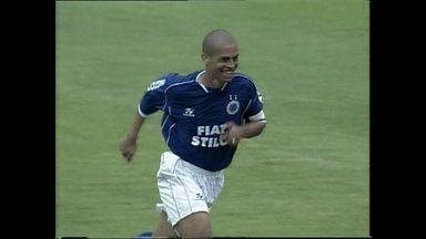 Relembre os gols de cobertura que Alex fez no Cruzeiro - Na campanha de 2003, que deu o título brasileiro e a Tríplice Coroa ao Cruzeiro, Alex fes duas pinturas com a camisa celeste.