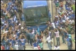 Jogadores do Cruzeiro são recebidos com festa em Belo Horizonte - Torcida parou ônibus e comemorou com o elenco.