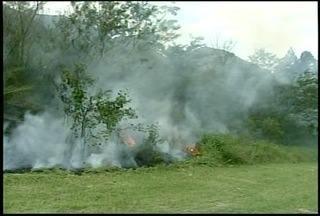 Incêndio atinge vegetação próximo a BR-040, em Petrópolis, RJ - Fogo consumiu boa parte do mato no quilômetro 70 da rodovia.Uma equipe dos bombeiros conseguiu controlar as chamas.