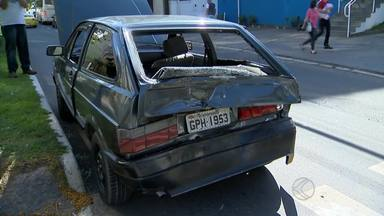 Caminhão bate em traseira de carro e deixa dois feridos em Juiz de Fora - Duas pessoas ficaram feridas e foram levadas ao hospital. Acidente ocorreu na tarde desta quinta-feira(14), na Avenida Itamar Franco.