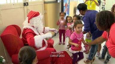 Chegada do Papai Noel abre campanha dos Correios em Juiz de Fora - Cartas de crianças carentes podem ser adotadas no 'Cantinho do Papai Noel', na agência central da empresa na cidade.