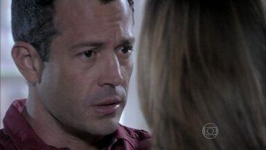 Bruno convence Paloma a esperar para saber o que ele esconde - A médica fica angustiada, mas o marido pede que espere até ter certeza do que aconteceu com Paulinha no dia do nascimento