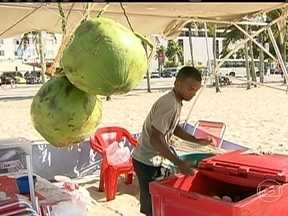 Preços de produtos disparam nas praias do Rio e coco chega a custar R$5 - Comerciantes à beira-mar aumentam os preços de bebidas e comidas. Para passar o dia na praia sem gastar muito, os banhistas levam alimentos de casa.
